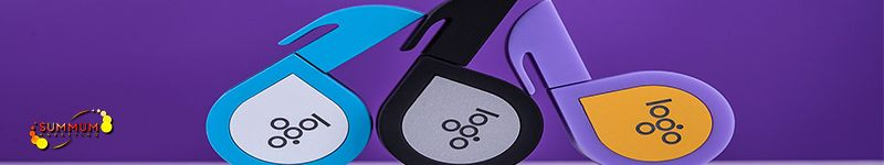 fotografía de merchandaising compuesto por tres usb de diferentes colores