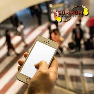 fotografía de un consumidor con su smatphone en el punto de venta