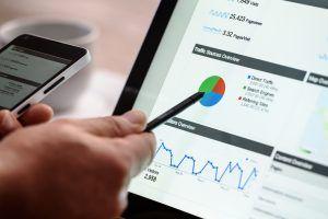 persona indicando estadísticas de marketing digital