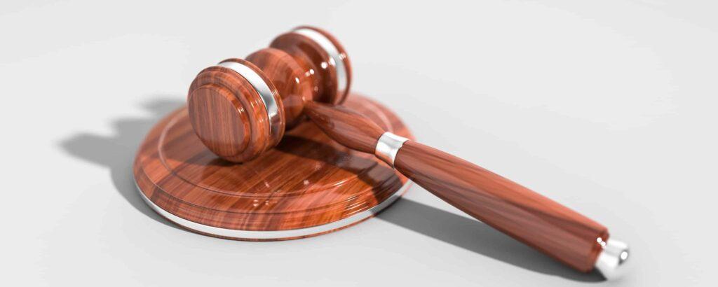mazo de juez con el soporte