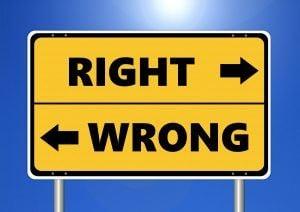 cartel amarillo donde se marca lo correcto e incorrecto